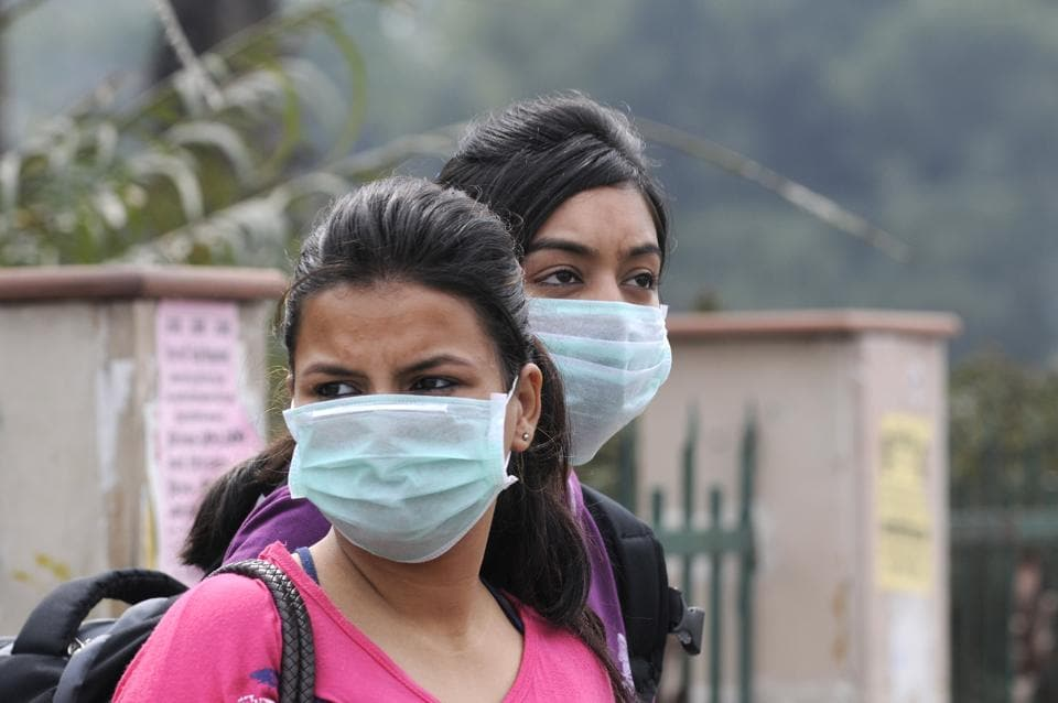 Students wear masks to protect themselves  from H1N1 virus.