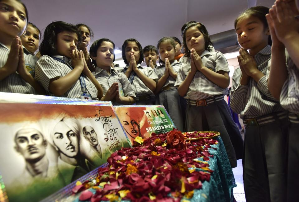 Students pay tribute to the  freedom fighter shaheed  Bhagat Singh, Rajguru, and Sukhdev  at Euro International School , Sector-45, in Gurgaon. (Sanjeev Verma/HT PHOTO)