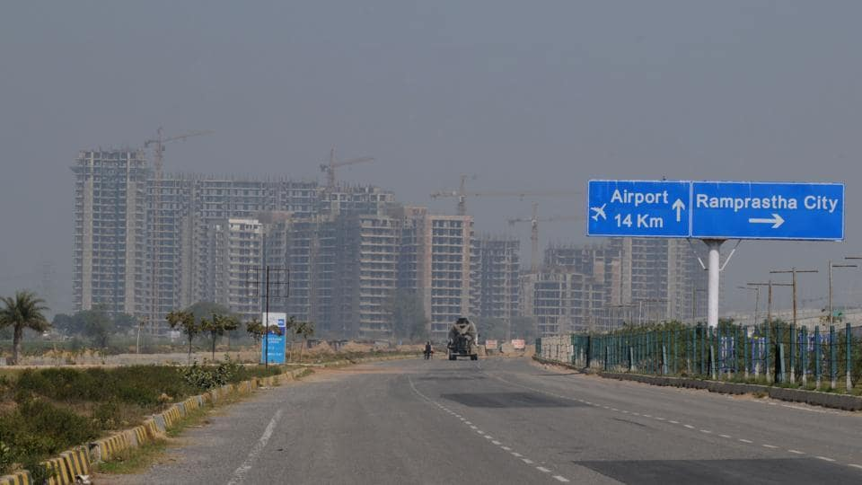 The Dwarka Expressway is an 18-km stretch connecting Dwarka in Delhi and National Highway 8 near Kherki Daula in Gurgaon, catering to more than 30 upcoming Huda sectors.