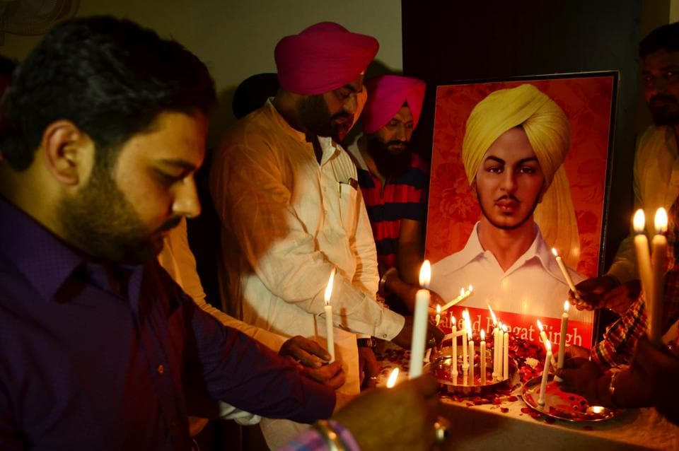 Members of National Human Rights & Crime Control Organization holds candle to pay tribute to Shaheed Bhagat Singh in  Amritsar. (Sameer Sehgal / HT Photo)