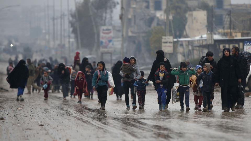 Iraqi civilians flee the city of Mosul as Iraqi forces advance in their massive operation to retake Iraq's second city from jihadists of the Islamic State group on March 23, 2017.