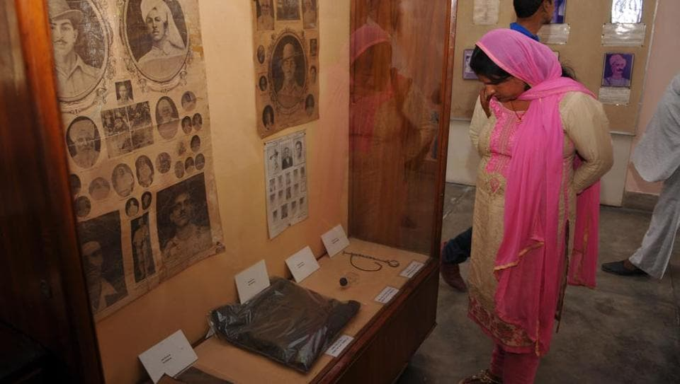 A visitor looks at  the artifacts kept at  the ancestral house of Shaheed-A-Azam,  Bhagat Singh. (Pardeep Pandit /  HT Photo)