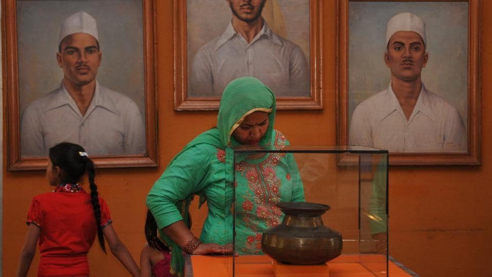 A lady looking at the utensil of Sheed-E-Azam Bhagat Singh on his martyr day at Khatkar Kalan in SBS Nagar. (Pardeep Pandit / HT Photo)