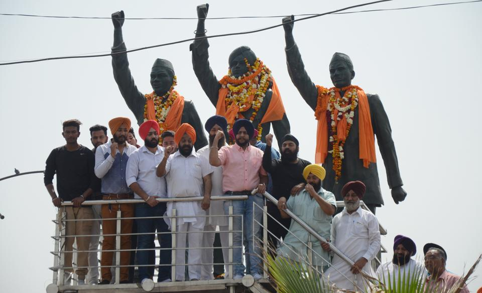 Youth Akali Dal party members pay tribute to martyr Sukhdev, Bhagat Singh and Rajguru on their death anniversary at Jagraon bridge in Ludhiana. (Jagtinder Singh Grewal / HT Photo)