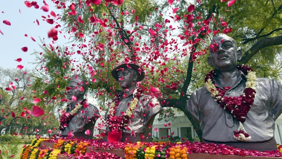Delhi MLA's pay floral tribute to the statues of Shaheed Bhagat Singh, Rajguru and Sukhdev on the occasion of 'Shaheedi Diwas' at Delhi Legislative Complex, Old Secretariat, in New Delhi, India. (Sonu Mehta/HT PHOTO)