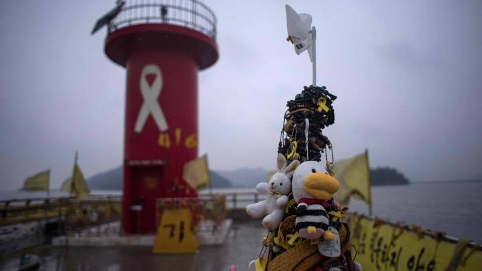 Tributes to victims of the Sewol ferry disaster displayed on a pier at Paengmok harbour on the southern island of Jindo.  (Ed Jones/AFP)