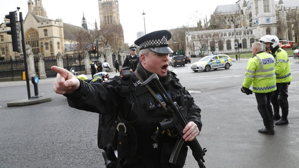 Armed police respond outside Parliament during an incident on Westminster Bridge in London, Britain March 22, 2017.  (Stefan Wermuth / REUTERS)