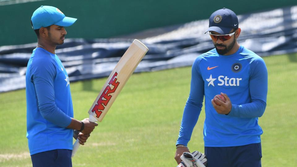 Shreyas Iyer (L) speaks with captain Virat Kohli during a training session on the eve of fourth Test match against Australia. (AFP)