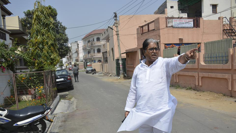 Former UP minister Satish Sharma points to the spot in Kavi Nagar, Ghaziabad, from where the chain was snatched on the evening of March 22.