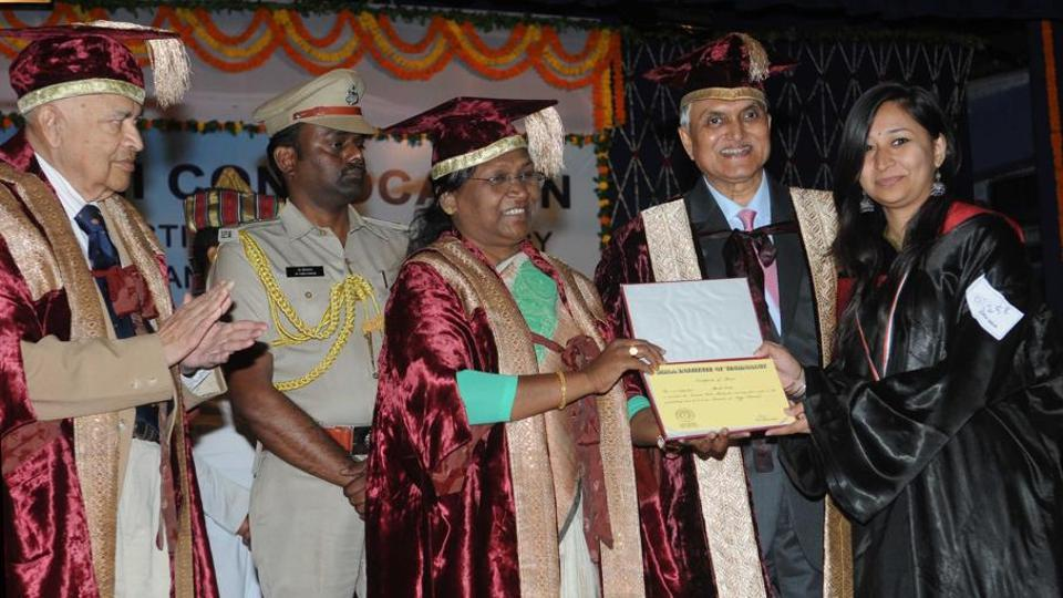 Jharkhand governor Droupadi Murmu awarding gold medal to a student while scientist Padma Vibhushan Jayant VNarlikar (extreme left) looks on, during the convocation at BIT, Mesra in Ranchi
