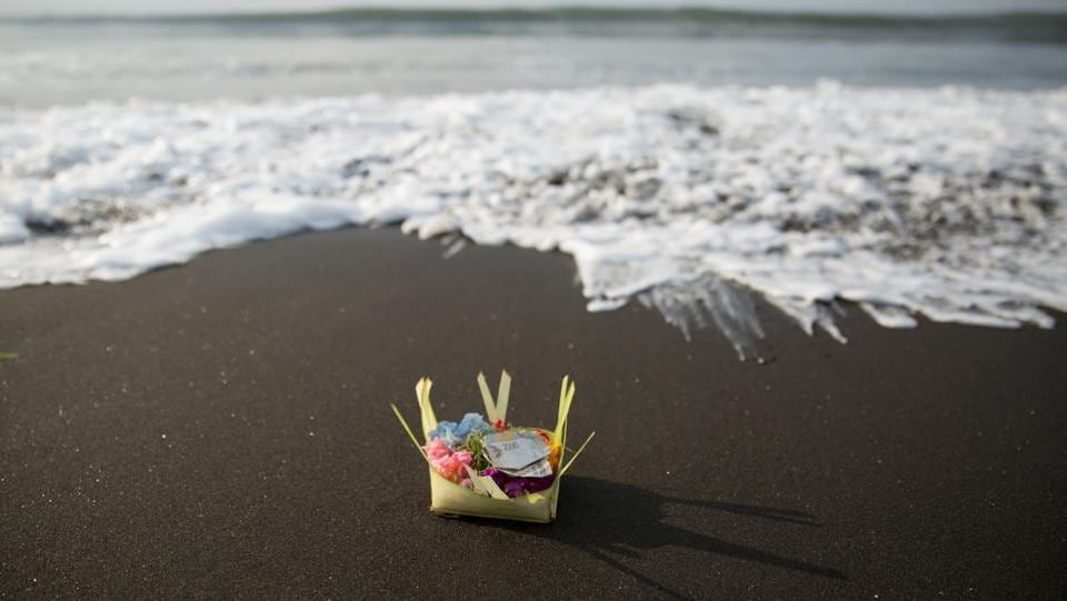 A canang or offering, which contains flowers and money is seen on a beach during Melasti. (Agung Parameswara/REUTERS)