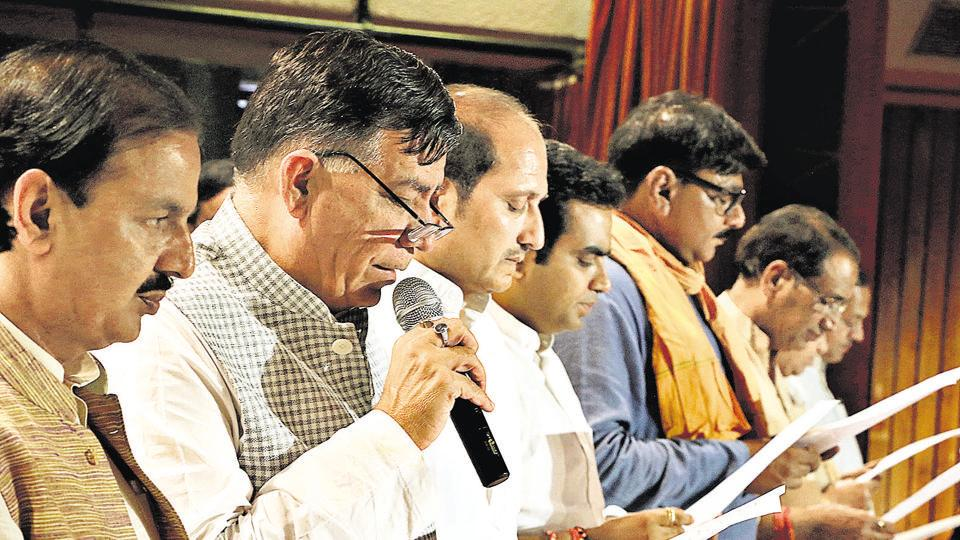 UP industrial development minister Satish Mahana, with Noida MLA Pankaj Singh and other members of the BJP, administers a cleanliness pledge to the Noida authority staff.