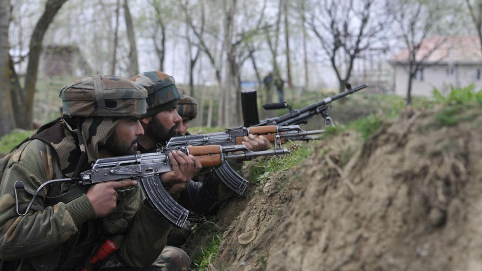 Security forces take position near the encounter site at Chadoora in  Budgam district.  (Waseem Andrabi / HT Photo)