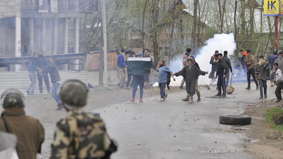 When security forces were trying to flush out the militants, a large number of protesters started pelting stones at the law enforcing agencies, forcing them to retaliate. Initial reports suggested the presence of at least two militants in the area.  (Waseem Andrabi / HT Photo)