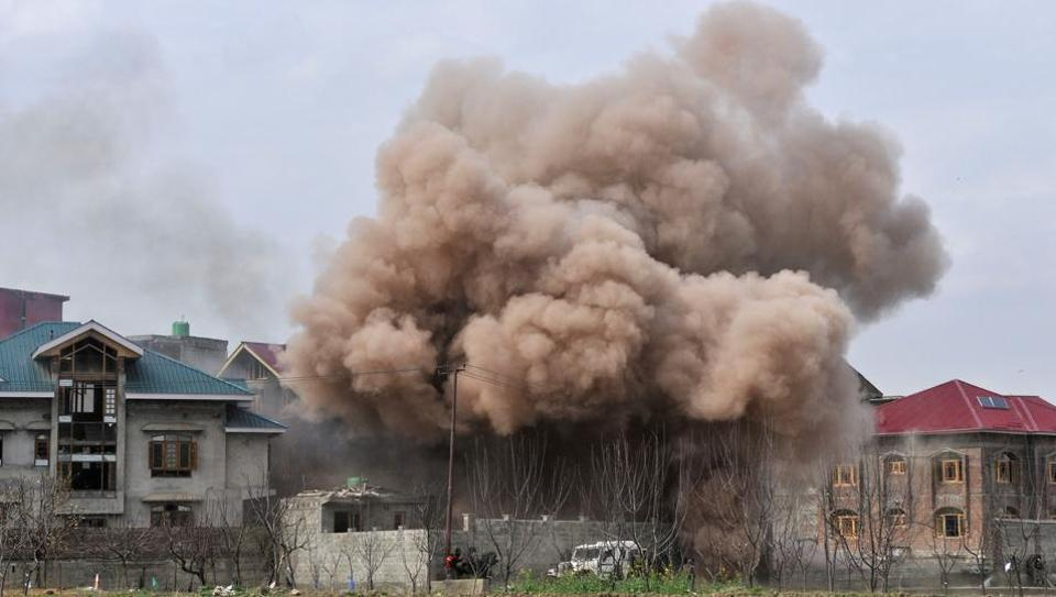 Smoke rises from a house after an encounter broke out on Tuesday between militants and security forces in Chadoora area of central Kashmir's Budgam district. (Waseem Andrabi / HT Photo)