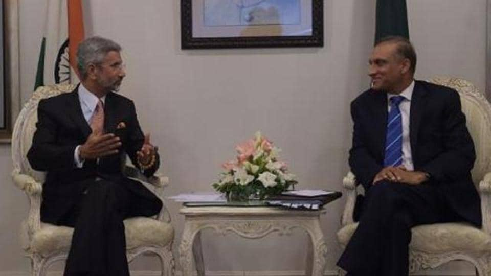 Foreign secretary S Jaishankar (left) holds talks with Aizaz Ahmed Chaudhry at the foreign ministry in Islamabad on March 3, 2015.