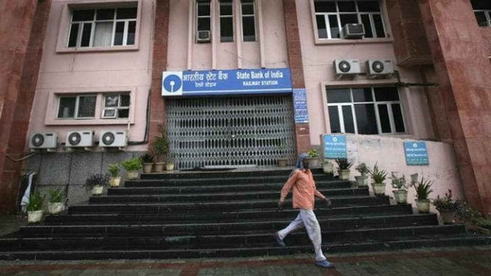 The Reserve Bank of India (RBI) on Wednesday said banks need not remain open on April 1, as against its earlier order, because it may affect the annual closing, especially in view of the State Bank of India (SBI) merger.