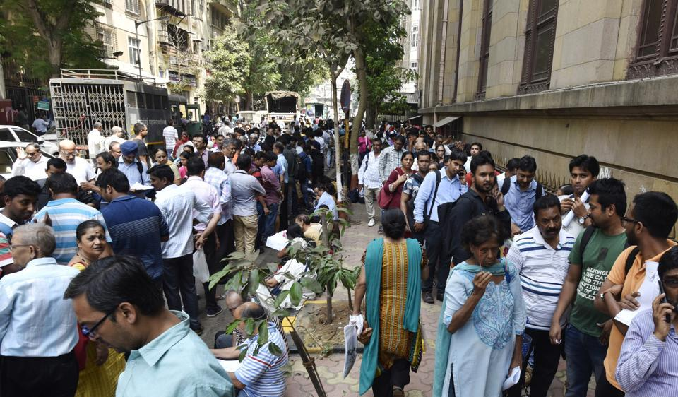 Long queues of people outside RBI as there are only 2 days left to exchange the old 500 and 1000 rupee note at Fort in Mumbai, India.