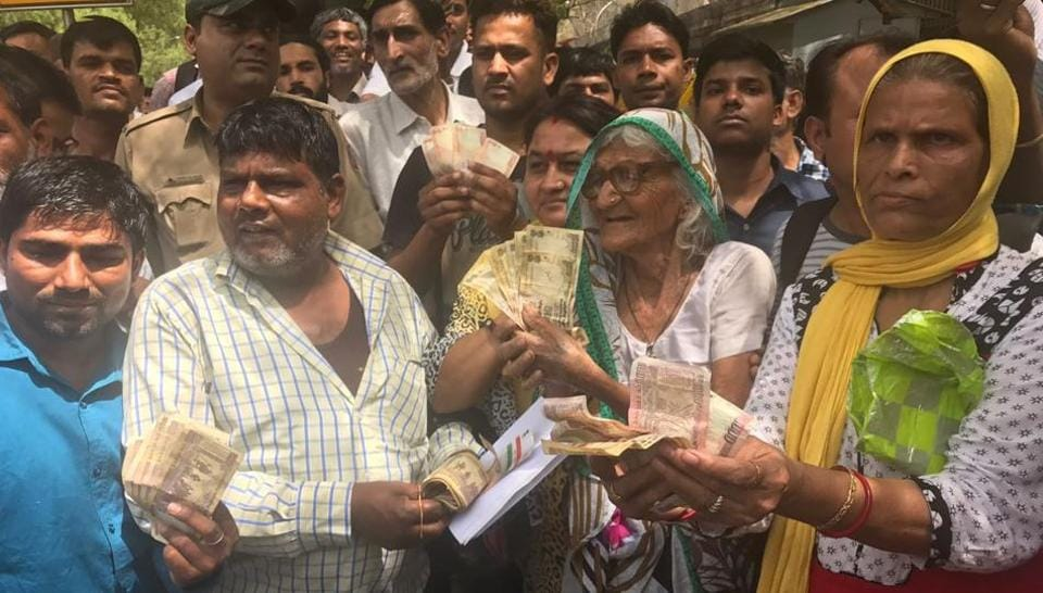 Around 800 people had lined up at the RBI office in Delhi on the last day to exchange old notes. Gulabo Devi (second from right), who could remember her age, said she had found the notes in a cupboard inside her house.