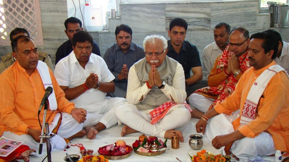 Haryana chief minister Manohar Lal Khattar offering prayers at Mansa Devi temple in Panchkula on Thursday. (Sant Arora/HT )