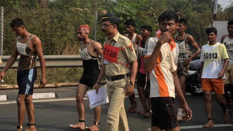 An officer guides some of the candidates during the run. (Prashant Waydande/HT )