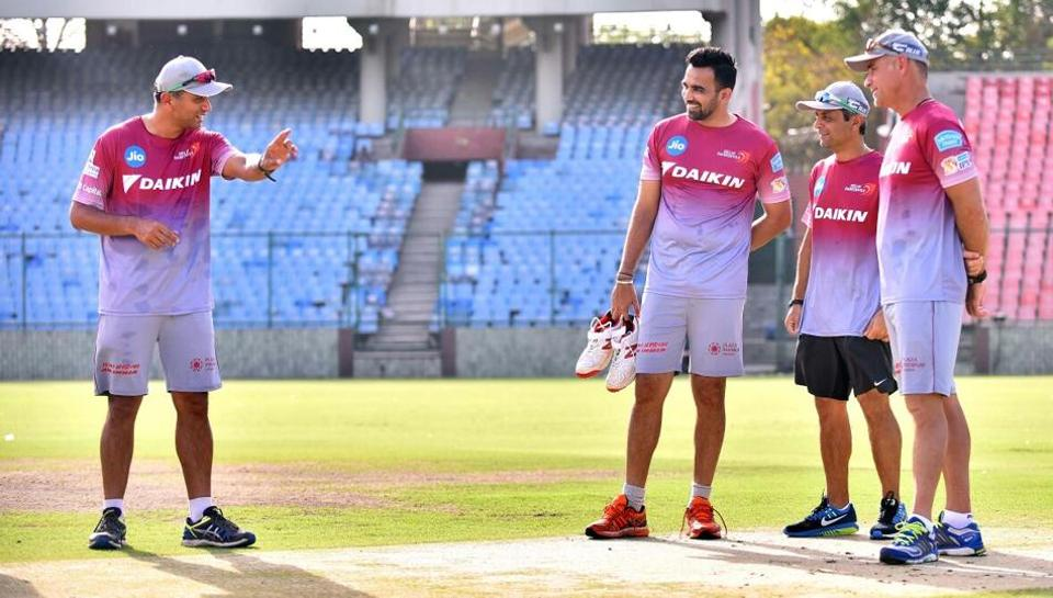 Delhi Daredevils mentor Rahul Dravid (L) talks to skipper Zaheer Khan and head coach Paddy Upton. (DD)