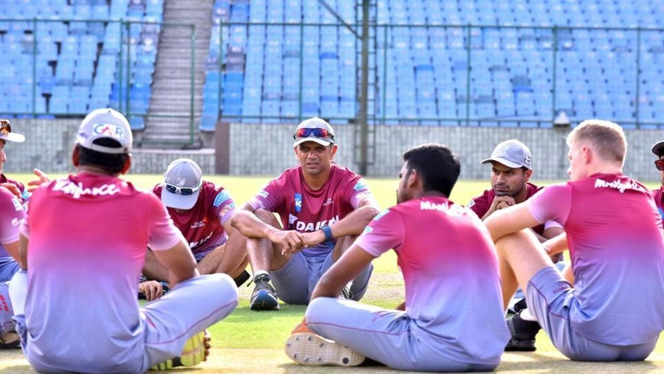 Mentor Rahul Dravid talks to Delhi Daredevils players after their practice session. (DD)