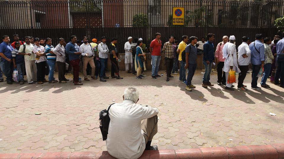 People wait  outside the RBI in New Delhi to submit their demonetised banknotes on last day of currency exchange in New Delhi, on Friday, March 31, 2017.