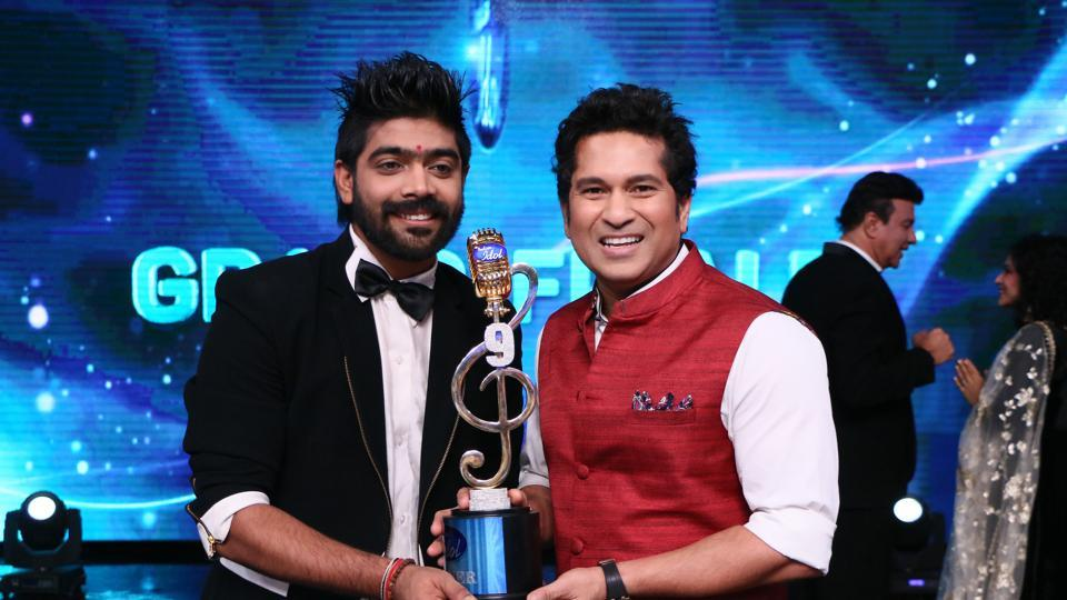 LV Revanth poses with Sachin Tendulkar after winning Indian Idol 9 singing reality show.