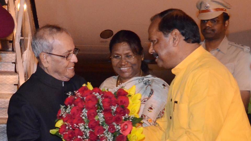 President Pranab Mukherjee being received by Governor Draupadi Murmu and Chief Minister Raghubar Das on  his arrival at Birsa Munda airport in Ranchi on Saturday