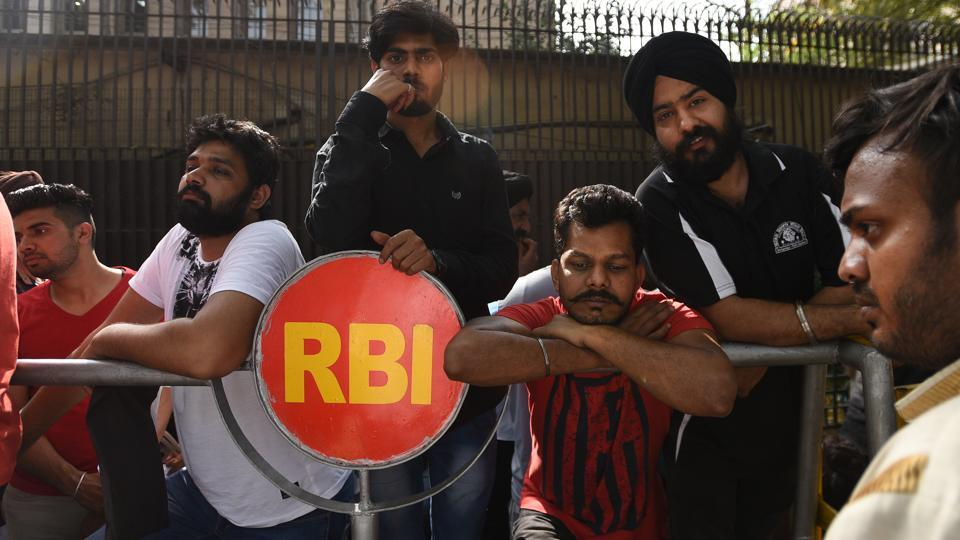 NRIs and others wait outside RBI in New Delhi to submit their old banknotes on the last day of currency exchange after demonetization on March 31, 2017. (Ravi Choudhary/HT PHOTO)