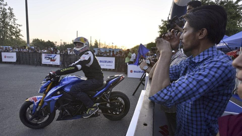 European Freestyle Champion Aras Gibieza performs for enthusiastic Suzuki spectators on Gixxer Day 2017. (Arun Sharma/HT PHOTO)