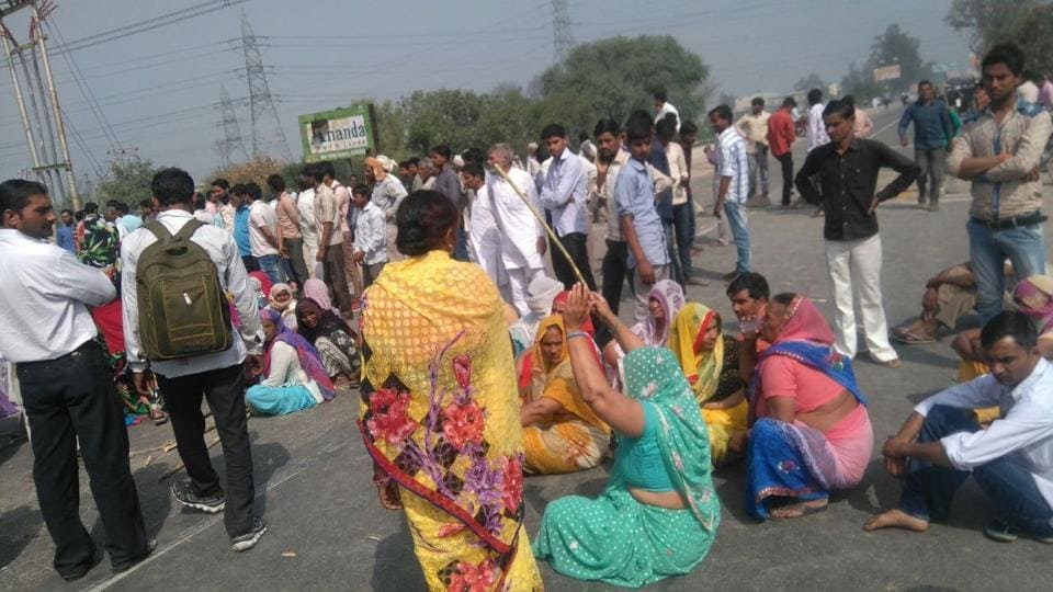 Residents of Nausarpur village blocked the Delhi-Saharanpur Road and alleged laxity in arresting the accused named in the murder of Brijeshwar Tyagi, father of the village head Lalit Tyagi.