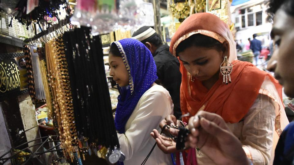 Visitors to the shrine buy religious items and trinkets at the shrine of Sufi saint Hazrat Khwaja Syed Nizamuddin Auliya. (Burhaan Kinu/HT PHOTO)