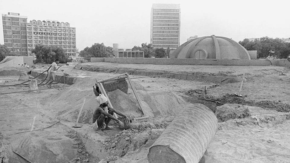 Construction on at the underground Palika Bazaar in 1970 with an unrecognizable skyline. (Ajit Kumar/Ht Photo)