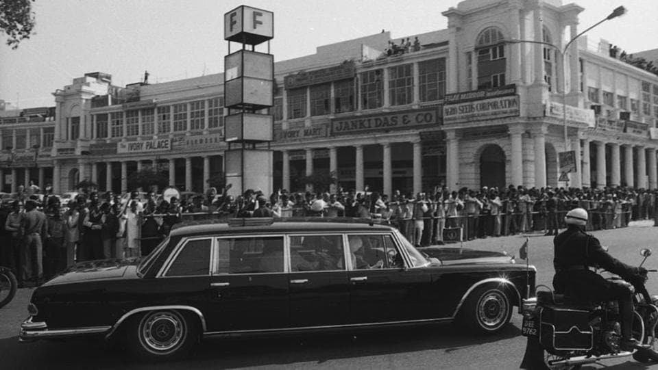People line up to see the motorcade of Queen Elizabeth II on her visit to India at Connaught Place in 1983 outside the F Block. (sn sinha/HT Photo)