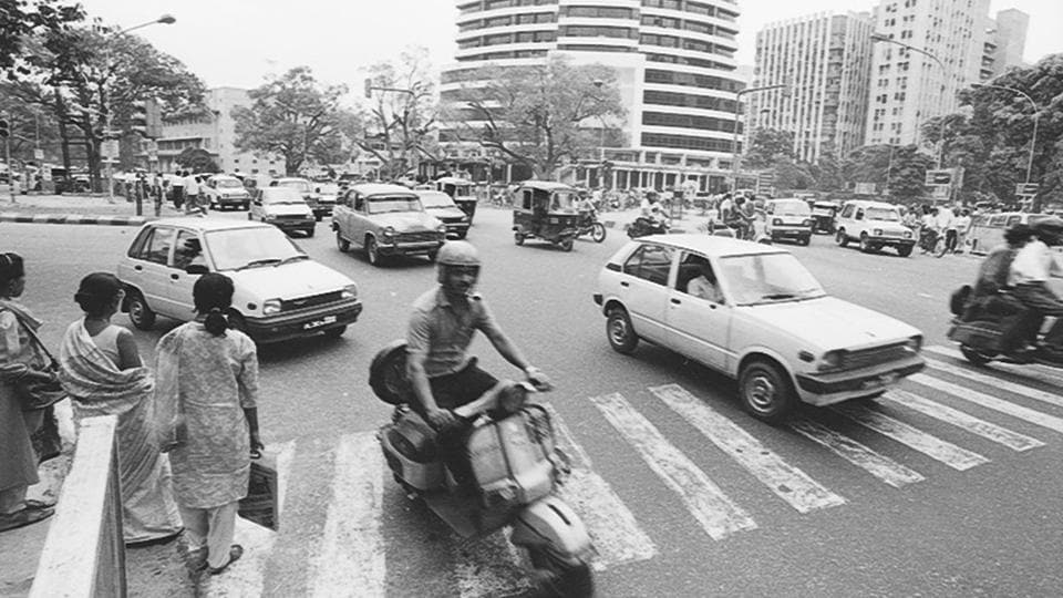 Traffic intersection at Outer Circle in Connaught Place 1994, near Gopaldas building on Barakhamba Road. (dinesh kumar/Ht Photo)