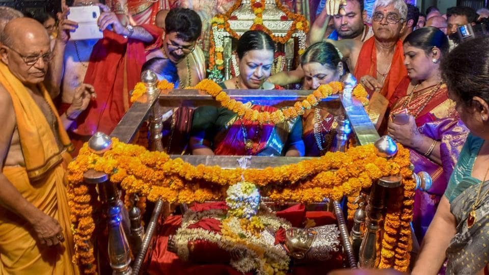 Women offer prayers while rocking a cradle at Ram temple in Wadala, on the occasion of Ram Navami on Tuesday. (Kunal Patil/HT Photo)