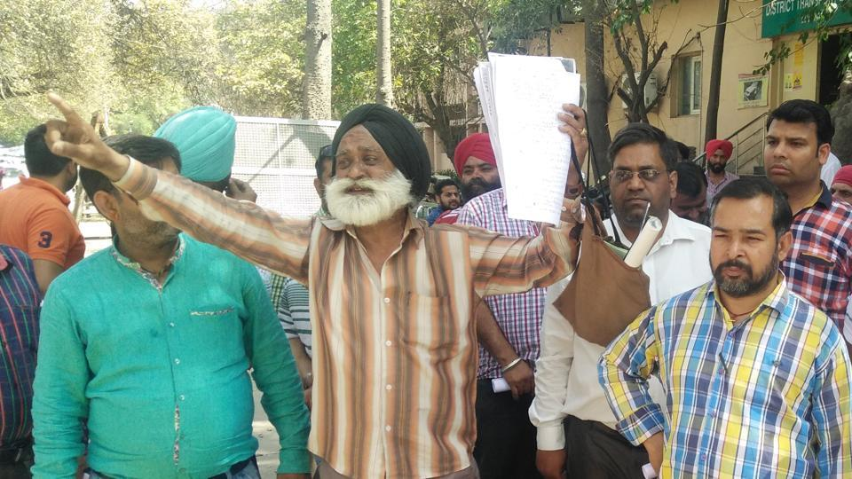 Jarnail Singh protesting outside police commissioner office in Ludhiana on Saturday.