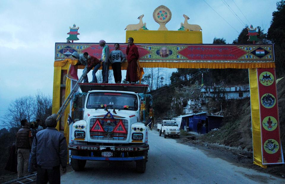 Workers preparing a welcome gate near Tawang in Arunachal Pradesh .The Dalai Lama was to arrive at Lumla near Tawang at 9.30am on Tuesday but because of heavy rain in Guwahati in neighbouring Assam his helicopter couldn't take off. (HT photo)