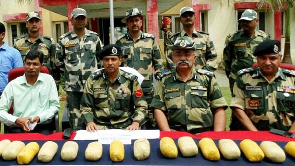 BSFofficials displaying the seized 15 kg heroin.