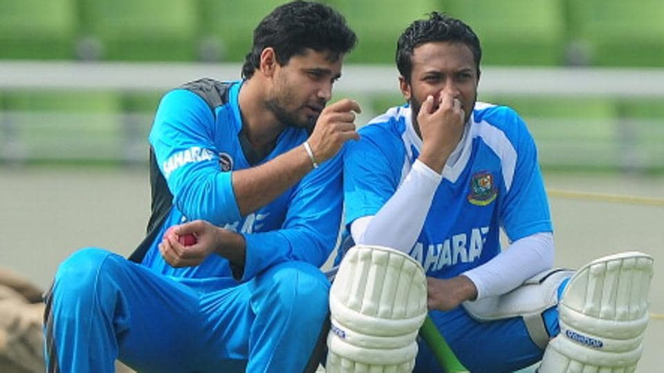 Bangladeshi cricket team's Shakib Al Hasan (R) and Mashrafe Mortaza.