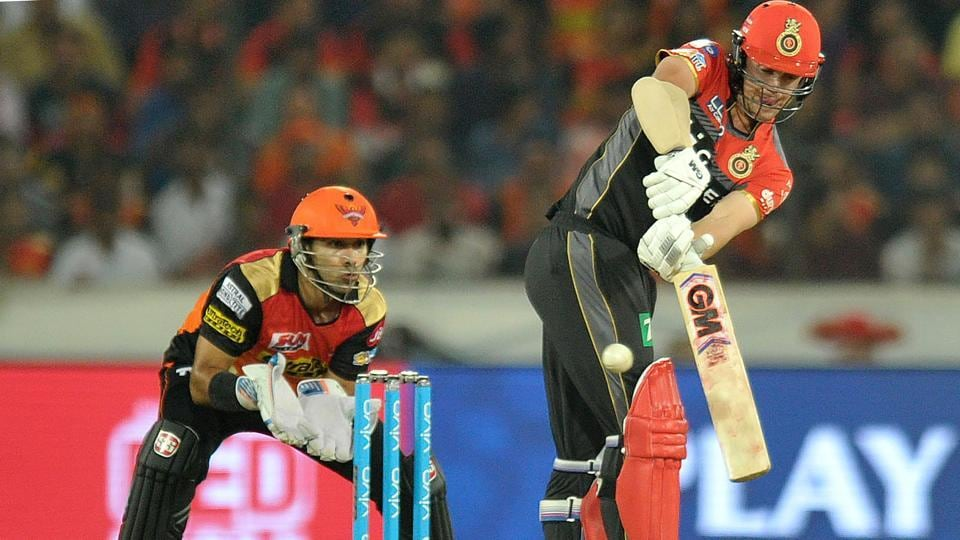 Sunrisers Hyderabad wicket keeper Naman Ojha (L) looks on as Royal Challengers Bangalore Travis Head plays a shot. (AFP)