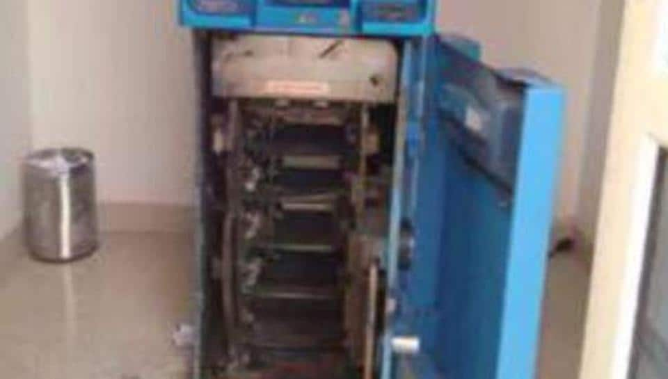 ATM looted,Thieves break into ATM,UCO Bank