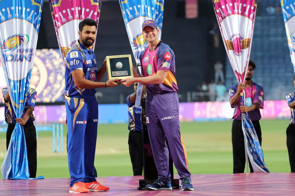 RPS skipper Steve Smith (R) presents a memento to his MI counterpart Rohit Sharma. (BCCI)