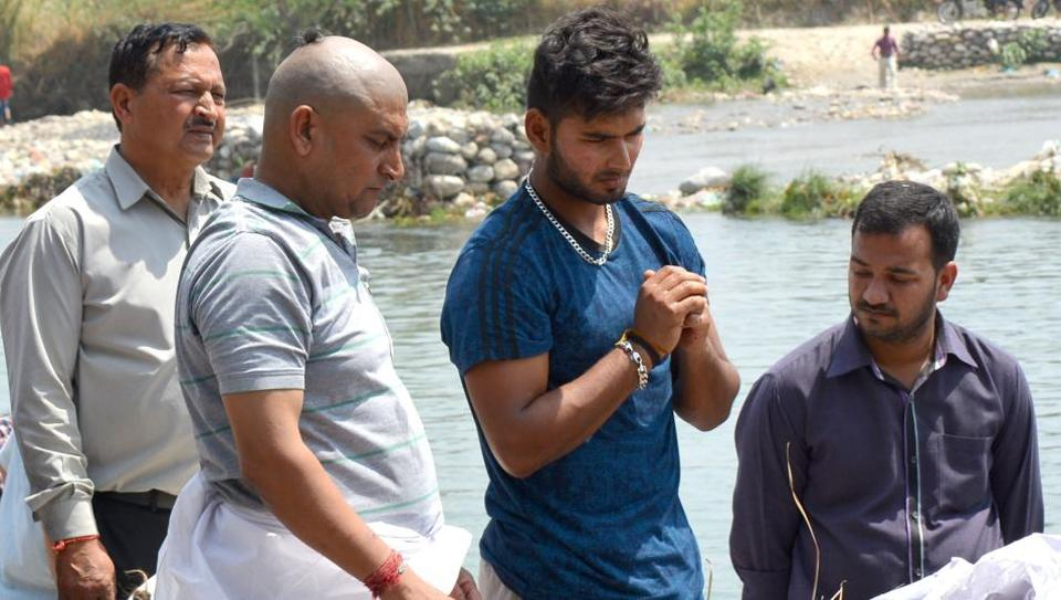Cricketer Rishabh Pant, who plays for Delhi Daredevils in the Indian Premier League, performed the last rites of his father Rajendra Pant  in Haridwar on Thursday.