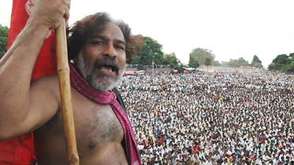 Revolutionary poet Gaddar addresses a public gathering at the Nizam College grounds in 2005.