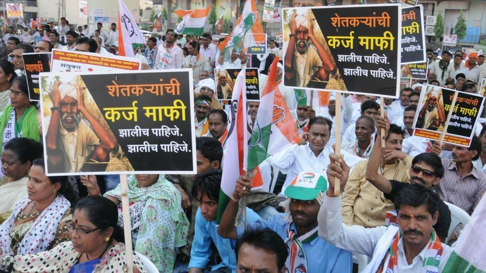 Opposition parties and farmers shout slogans during a protest rally from Chanda to Bandra, demanding loan waiver and compensation for crop failure in Nagpur.