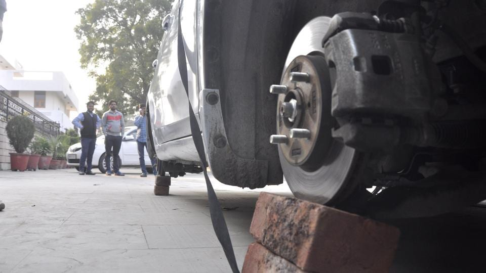 Police said vehicles targeted are new, considering the re-sale value of the tyres and alloys in the second-hand market. A normal jack and bricks are used to uplift four-wheelers.