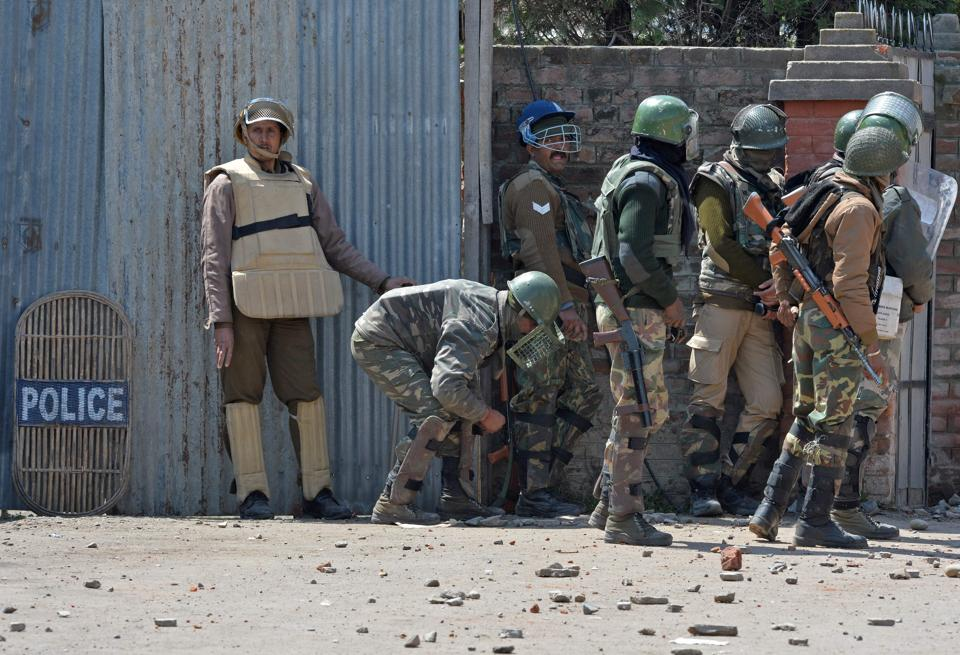 Indian security forces clash with Kashmiri protestors near a polling station. The incidents of  violence were reported despite stringent security arrangements across the Valley. (TAUSEEF MUSTAFA / AFP)